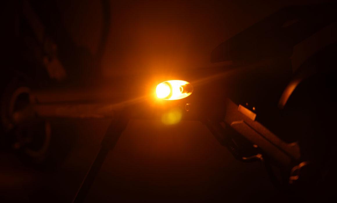 Zero-8-pro-knipperlicht-achter-donker
